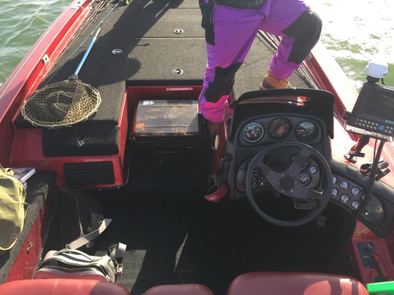 BASSボートの運転席