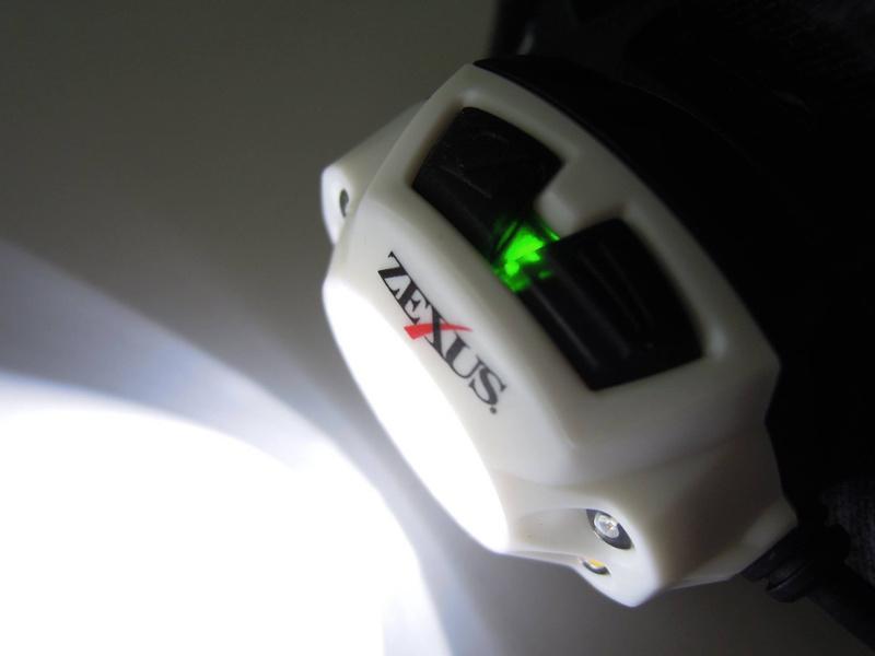 ライト上部に電池残量を表すカラーライト付き