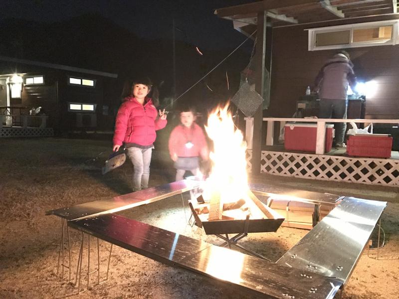 コテージ前で焚き火