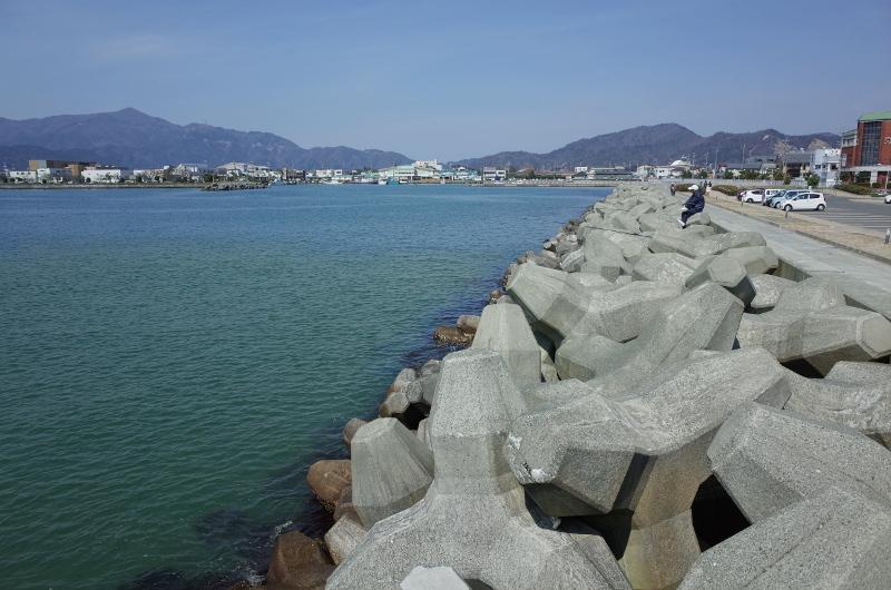 福井県小浜「人魚の浜東駐車場」のテトラ