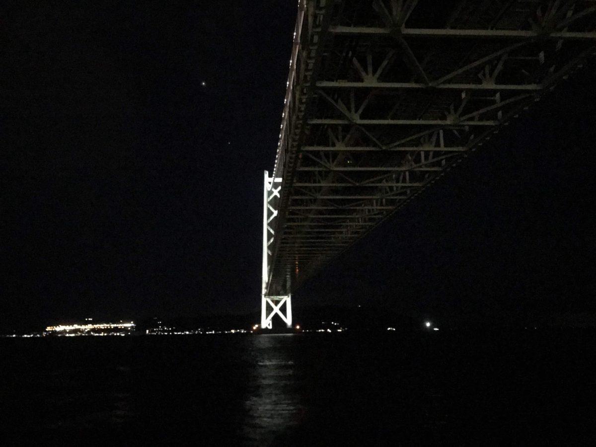 明石海峡大橋の真下に移動